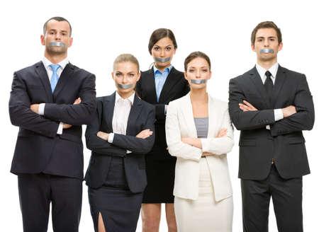 mani incrociate: Gruppo di manager con bocche nastrate e le mani incrociate, isolato su bianco. Concetto di schiavitù e di routine di lavoro Archivio Fotografico