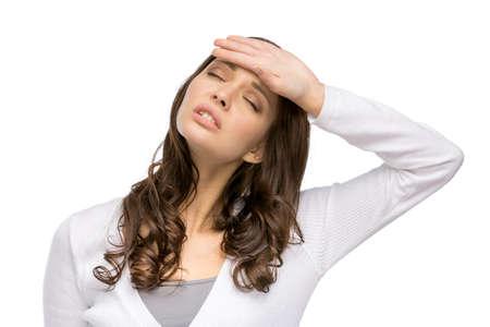Portrait d'une femme avec les yeux fermés touchant sa tête, isolé sur blanc. Concept de maux de tête et une température élevée