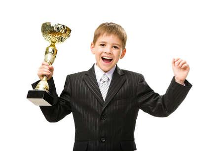 little business man: Retrato de media longitud de poco hombre de negocios que entrega la taza de oro y feliz gestos, aisladas en blanco. Concepto de liderazgo y �xito