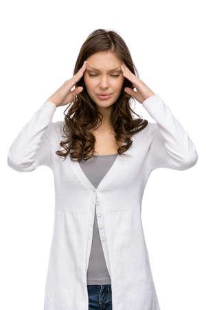 cansancio: Retrato de medio cuerpo de mujer que pone las manos en la cabeza, aislado en blanco. Concepto de dolor de cabeza y de alta temperatura