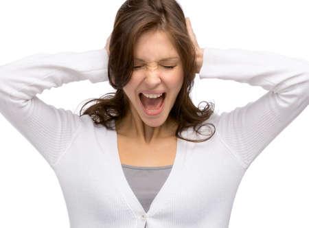 ruido: Mujer con los ojos cerrados, cierra sus o�dos, aislados en blanco. Concepto del ruido y el estr�s