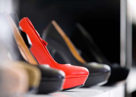 tienda zapatos: Close up del conjunto de zapatos de tacón en el escaparate en el centro comercial