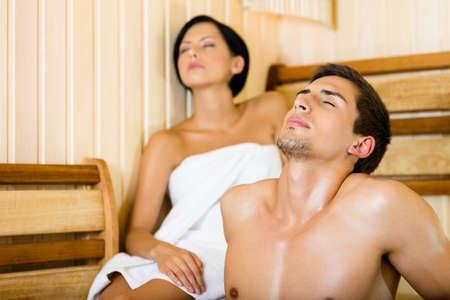 Halbnackte Menschen und Frauen, die Entspannung in der Sauna. Konzept der Selbst-Pflege, Gesundheit und Entspannung