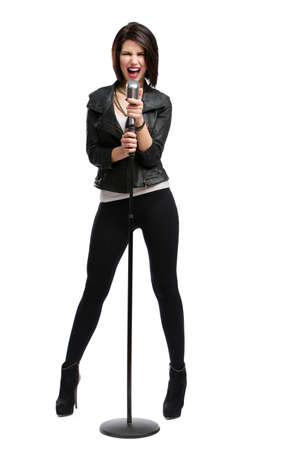 cantando: Retrato de cuerpo entero de la cantante de rock con chaqueta de cuero y mantener micrófono estático, aislado en blanco. Concepto de la música rock y el delirio