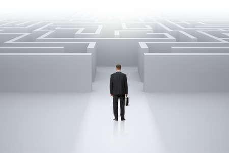 사건은 미로의 앞에 서있는 사업가의 전체 길이 backview 초상화입니다. 리더십과 어려움의 개념 스톡 콘텐츠