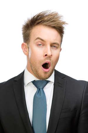 cansancio: Vista frontal del hombre de negocios de gui�ada, aislado en blanco. Concepto de cansancio y el estr�s