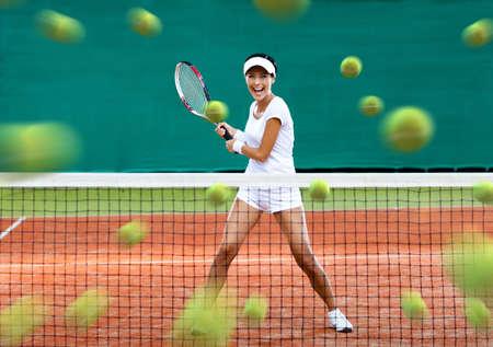 Sports Frau wieder viele Bälle auf dem Tennisplatz. Konzept der Turniervorbereitung und einen gesunden Lebensstil Lizenzfreie Bilder