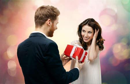 faire l amour: L'homme fait cadeau à sa belle amie sur fond abstrait et imaginaire