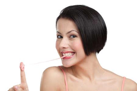 goma de mascar: Mujer y la goma de mascar, aislado en blanco