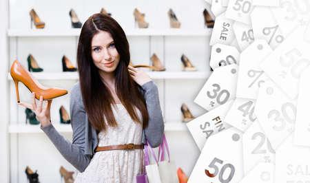 tienda zapatos: Mujer que guarda la bomba de cuero marrón con estilo a la venta de temporada en el centro comercial