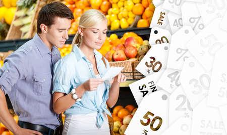 decide: Feliz pareja con cupones de venta decide qu� comprar