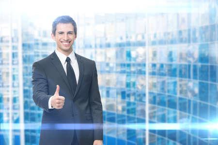 liderazgo empresarial: El hombre de negocios que los pulgares para arriba sobre fondo azul. Concepto de liderazgo y éxito