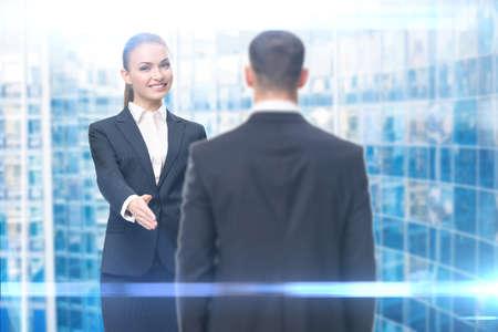 hombres trabajando: Retrato del apretón de manos gesticulando empresaria y hombre de negocios, fondo azul. Concepto de liderazgo y éxito