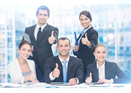 trabajo en equipo: Grupo de hojear a la gente de negocios que trabajan en la mesa, fondo azul. Concepto de trabajo en equipo y la cooperación Foto de archivo
