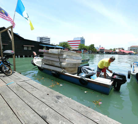 стиль жизни: Дневной сцены стиль жизни в Chew Jetty, Пенанг