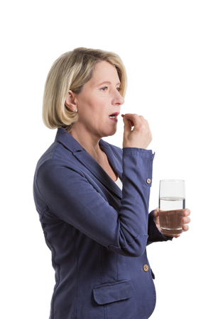 Oude vrouw aantrekkelijke midden nemen tablet met een glas water, geïsoleerd