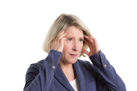 Frau drückte ihre Finger an die Schläfen wegen Kopfschmerzen oder Migräne, Kopie, Raum, isoliert Standard-Bild