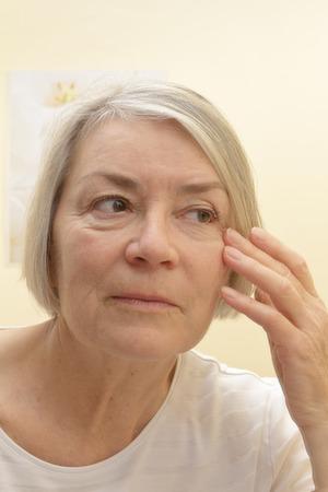 Adelgazar la cara mujer anciana