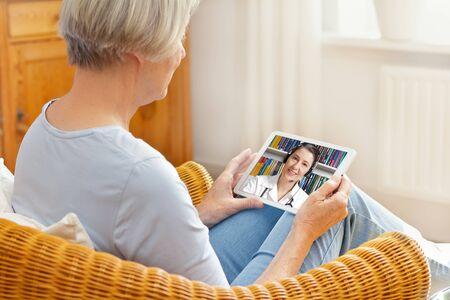 la télémédecine senior woman tablet computer