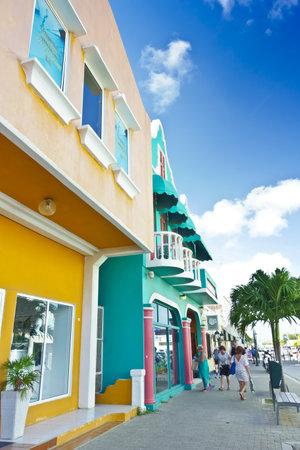 KRALENDIJK, BONAIRE - JANURY 8, 2018: Colorful buildings on the main shopping street in Kralendijk, Dutch Antilles, Caribbean Sea. Éditoriale