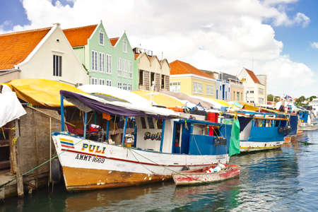 WILLEMSTAD, CURACAO - JANUARY 9, 2018: Floating Market - colorful boats at Sha Caprileskade waterfront selling local produce. Éditoriale