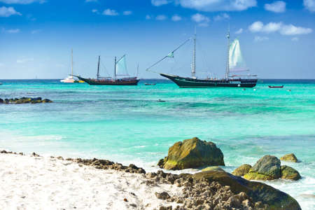 Arashi Beach, Aruba - January 10. 2018: 2tour boats anchored for tourists to go swimming or snorkeling in the Caribbean Sea. Éditoriale