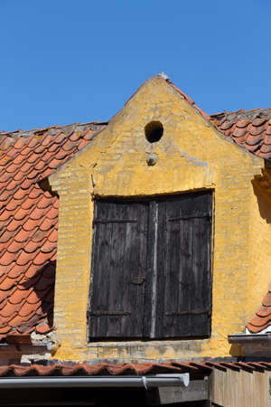 dormer: Vieja en ruinas, buhardilla amarilla