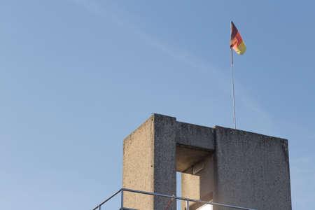 germany flag: Torre Diving dello Stadio Olimpico con bandiera Germania Editoriali