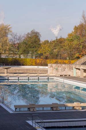 piscina olimpica: Piscina olímpica en otoño Editorial