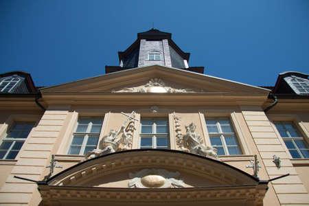 friso: casa de pueblo en Gotha con torre y friso desde abajo Foto de archivo