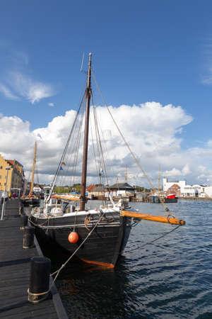 mooring bollards: Single mast boat  in the ferry port of Svendborg, Fyn, Denmark