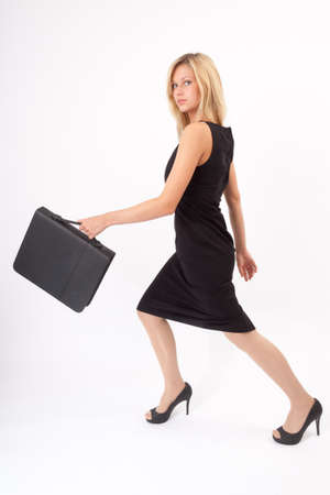 giovane donna: Giovane donna avanza con valigetta Archivio Fotografico
