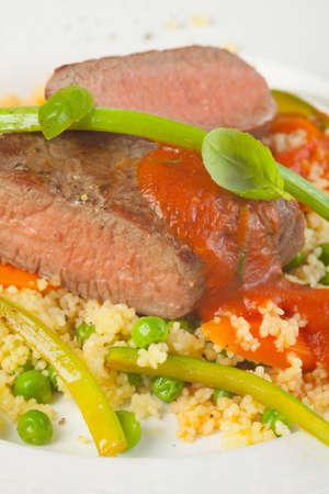 carnes y verduras: Cordero asado con arroz y salsa de tomate
