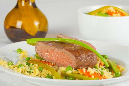 carnes y verduras: Cordero en el arroz con zanahorias y guisantes Foto de archivo