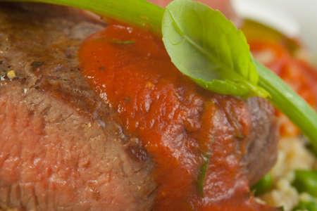 carnes y verduras: Cordero asado con albahaca y salsa de tomate