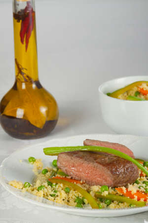 carnes y verduras: Cordero asado con arroz con zanahorias y guisantes
