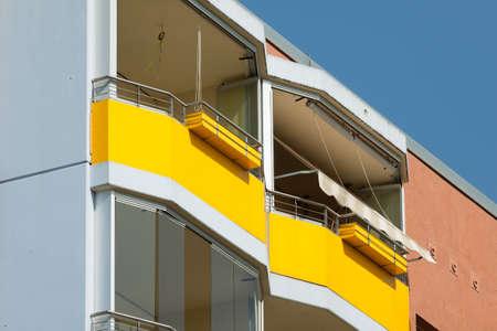 prefabricated buildings: Balcones amarillos en edificios prefabricados en Potsdam