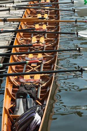 bateau de course: Aviron huit entièrement équipé à la jetée