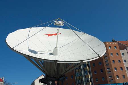 antena parabolica: antena parab�lica frente a las casas en Old Treptow Foto de archivo