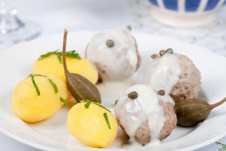 alcaparras: albóndigas Königsberg con alcaparras y salsa