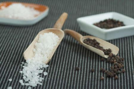 holz: Grobes Salz und Pfefferkörner in hölzernen Scheffeln