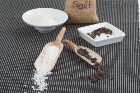holz: Pfeffer und Salz in kleinen Holzscheffeln und in einem Säckchen