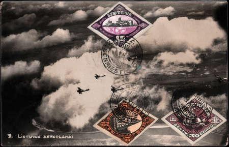 """fondo blanco y negro: Postal lituano Negro blanco de la vendimia con la inscripci�n """"aviones 31.Lithuanian"""" 1929 a�os con los sellos de correos 3"""
