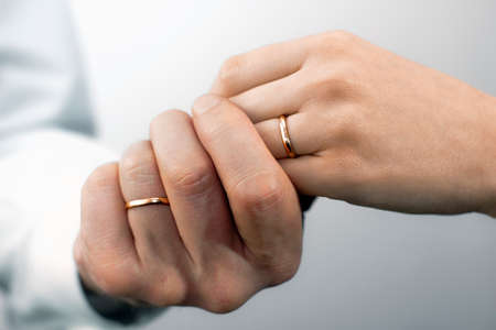 Sluit de weergave van mans en dames handen met bruiloften ringen