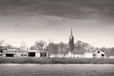 fondo blanco y negro: L�nea de costa del r�o Nemunas en el balneario de Birstonas en Lituania en blanco y negro