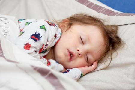 enfermos: Dormir ni�a enferma en una cama Foto de archivo
