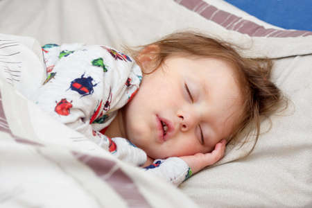 ragazza malata: Sleeping malati bambina in un letto