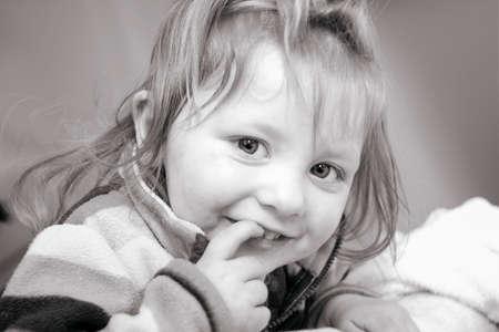 fondo blanco y negro: Retrato de una ni�a sonriente en blanco y negro