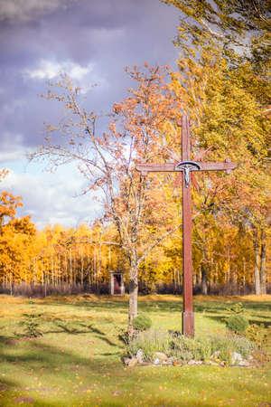 Houten kruis in de herfst achtergrond Stockfoto