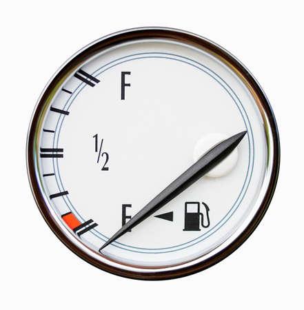 Captador del nivel del combustible en el coche aislado en blanco. Una flecha indica el tanque vacío. Foto de archivo